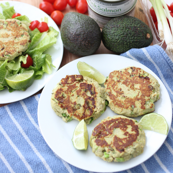 Enjoy these super nutritious, budget friendly Avocado Salmon Burgers for a high protein meal full of heart-healthy fat from Living Well Kitchen @memeinge
