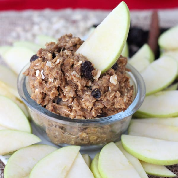 This Oatmeal Raisin cookie dough dip from Living Well Kitchen is the perfect afternoon snack, using the natural sweetness of California raisins. @memeinge