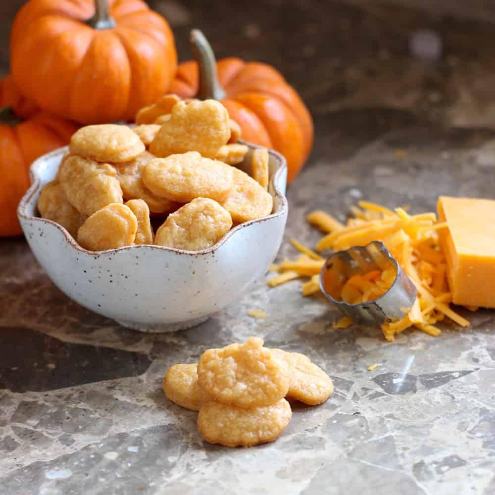 Halloween Cheese Crackers from @memeinge