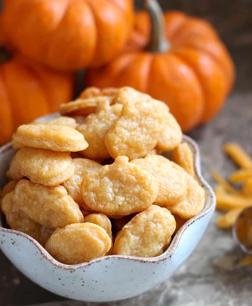 Pumpkin Cheese Crackers from @memeinge