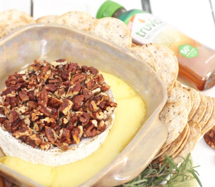 Rosemary Pecan Baked Brie from @memeinge needs only 5 simple ingredients to make an easy, tasty, sweet and savory appetizer
